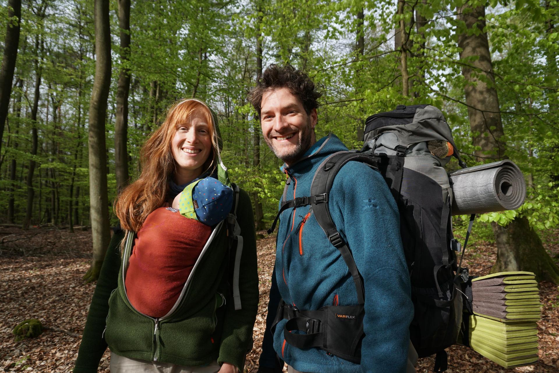 Jana und Paddy beim Wandern mit Baby