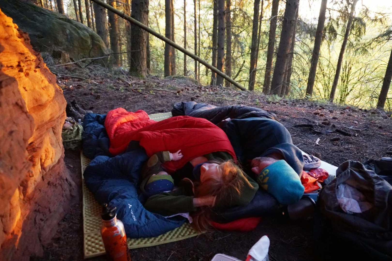 Draußen schlafen: Das ultimative Mikroabenteuer mit Kindern. Jana, Paddy und der Kleine im Schlafsack