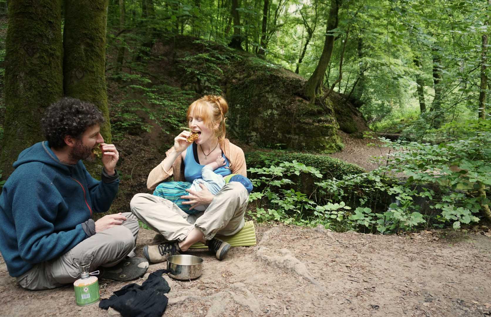 Paddy und Jana esse gebackene Holunderblüten