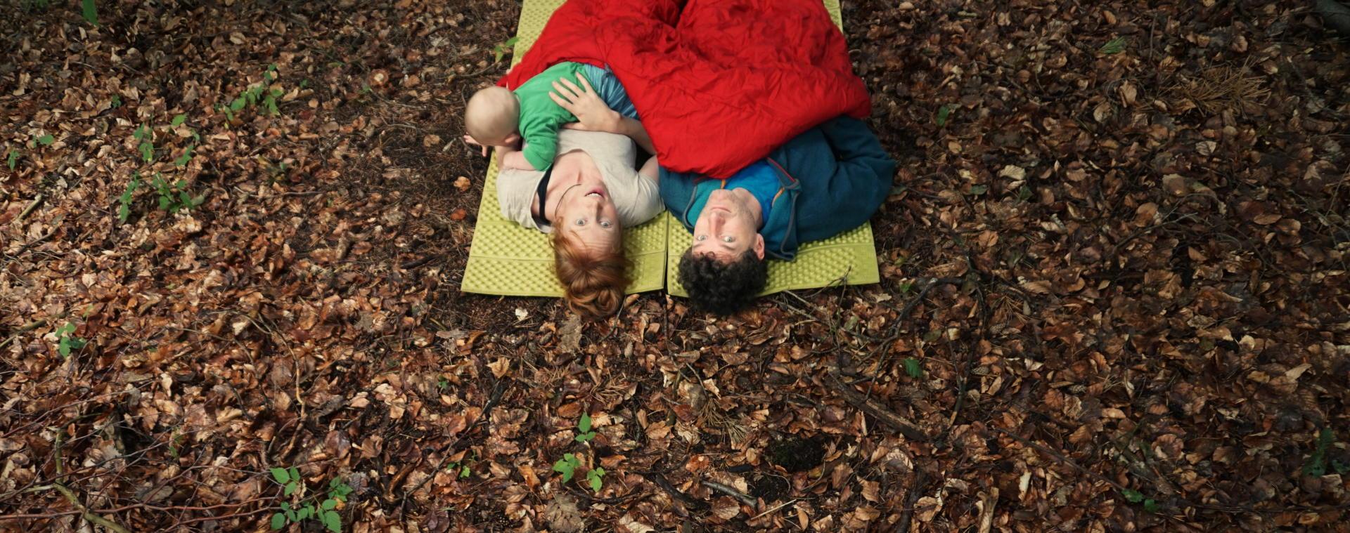 Familie biwakiert Wald