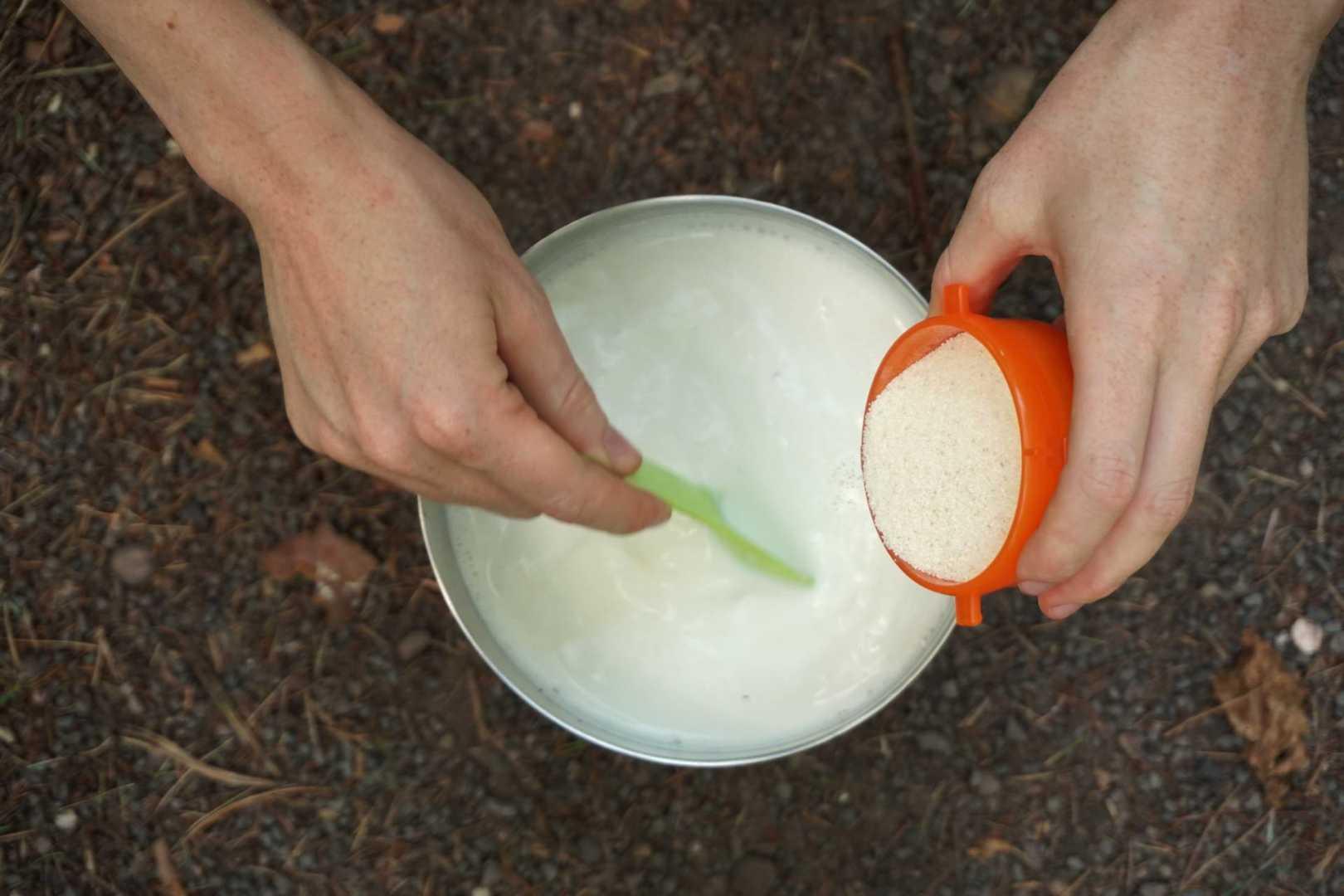 Rühre den Gries in die kochende Milch ein.