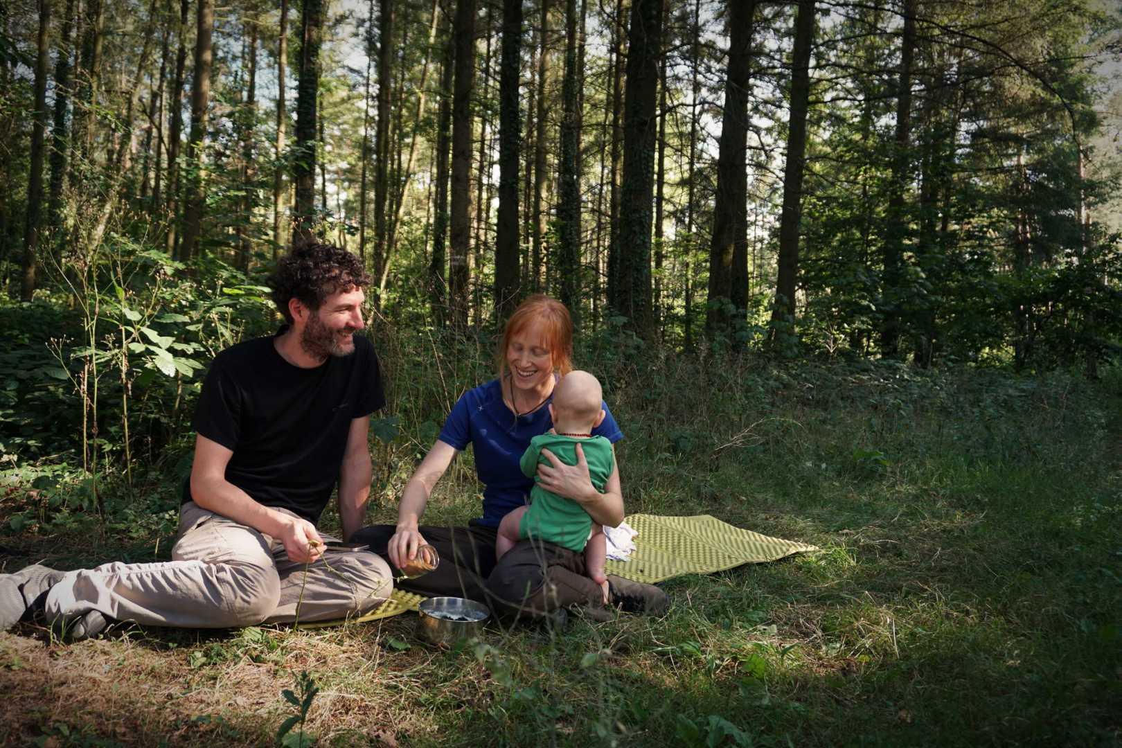 Jaddy und Jana genießen den Griesbrei mit Wald-Brombeeren