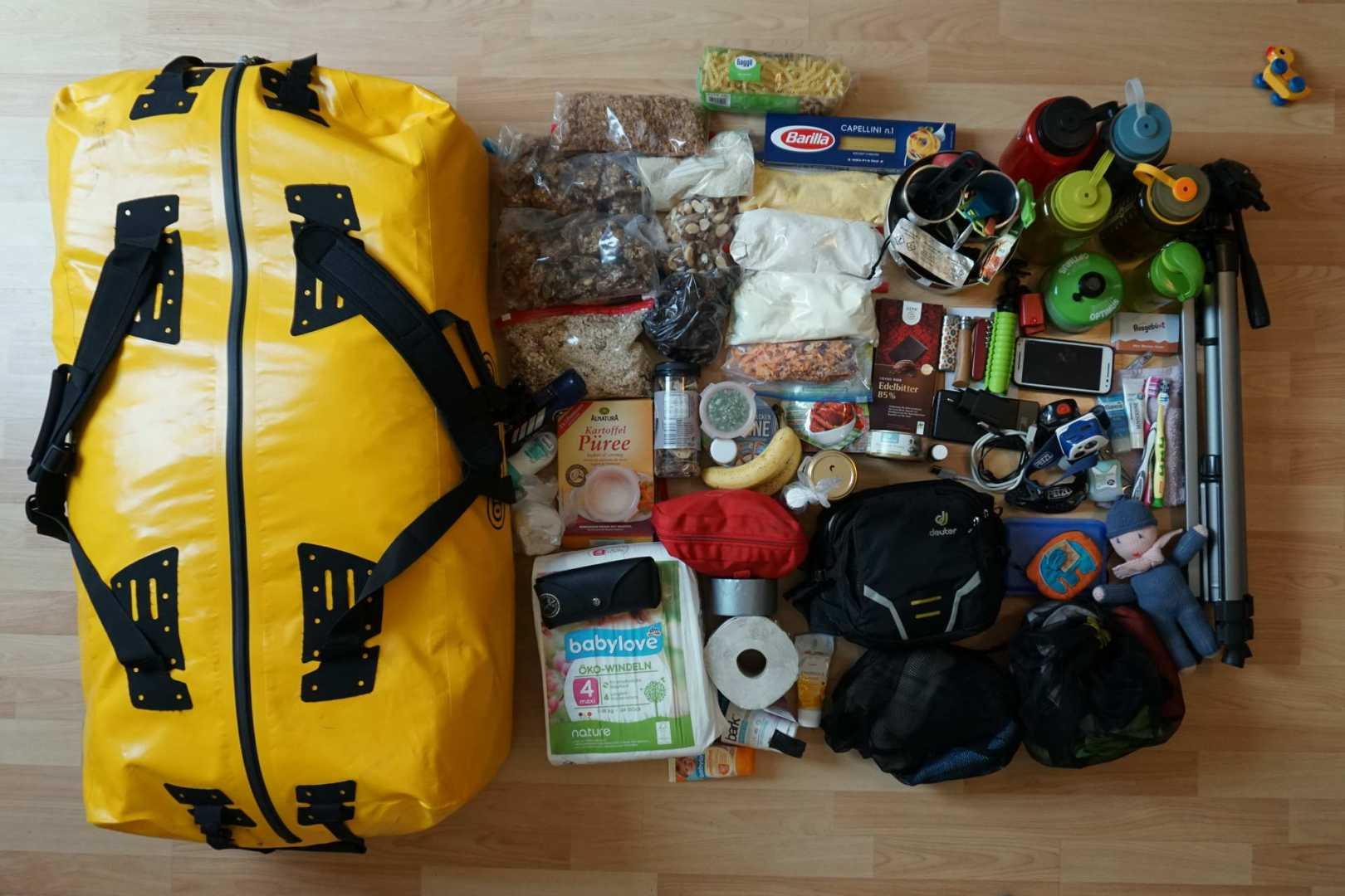 Trekking Gepäck auf dem Boden