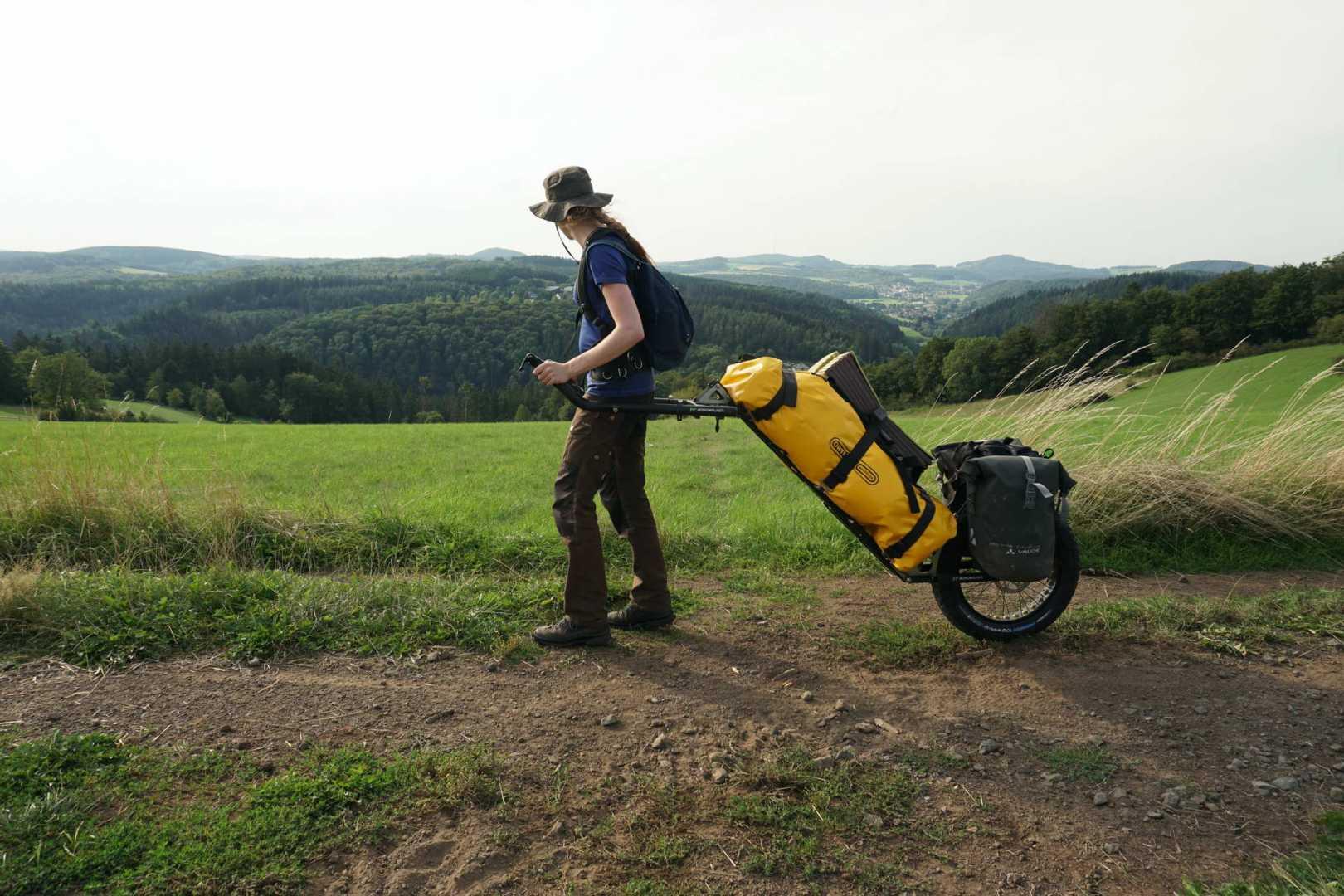 Jana mit dem MOnowalker vor einer Aussicht auf die Eifel