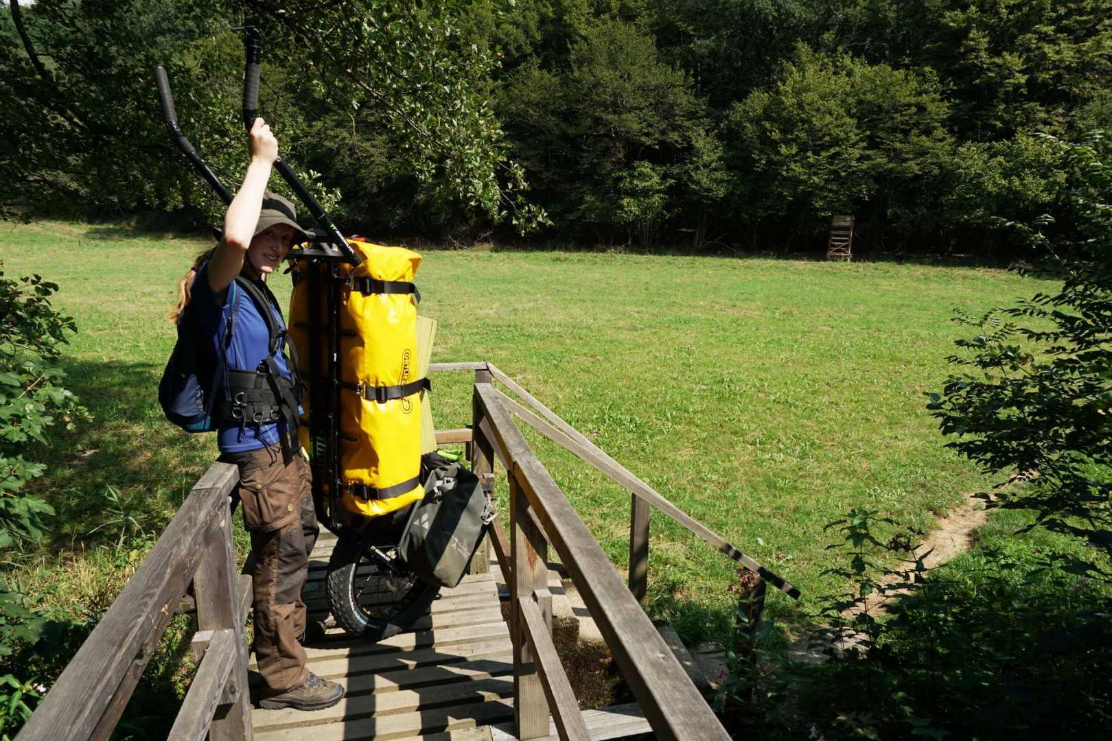 Jana nimmt den Monowalker auf einer Brücke hochkant um wendiger zu sein