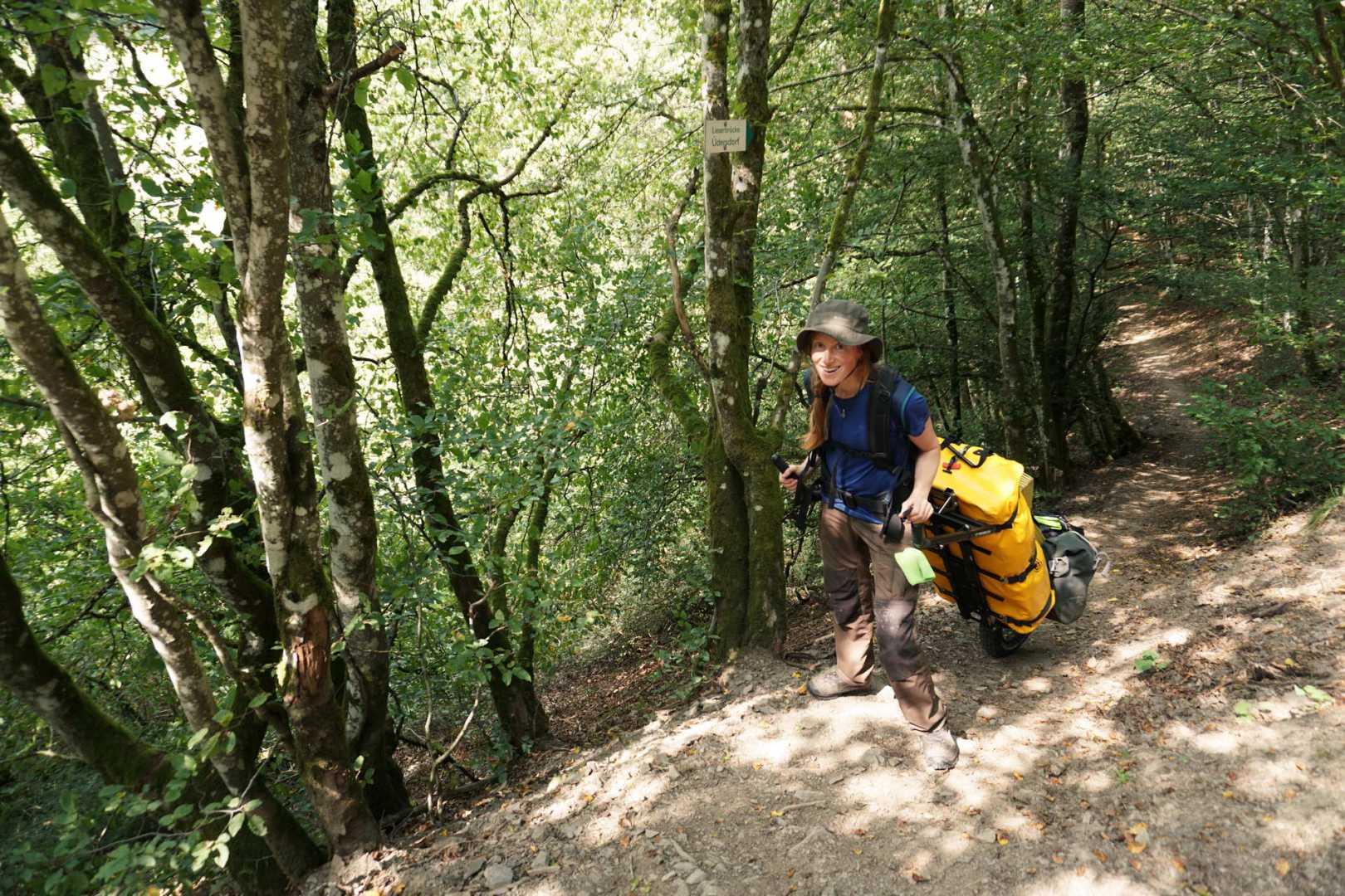 Jana geht mit dem Monowalker steil bergauf