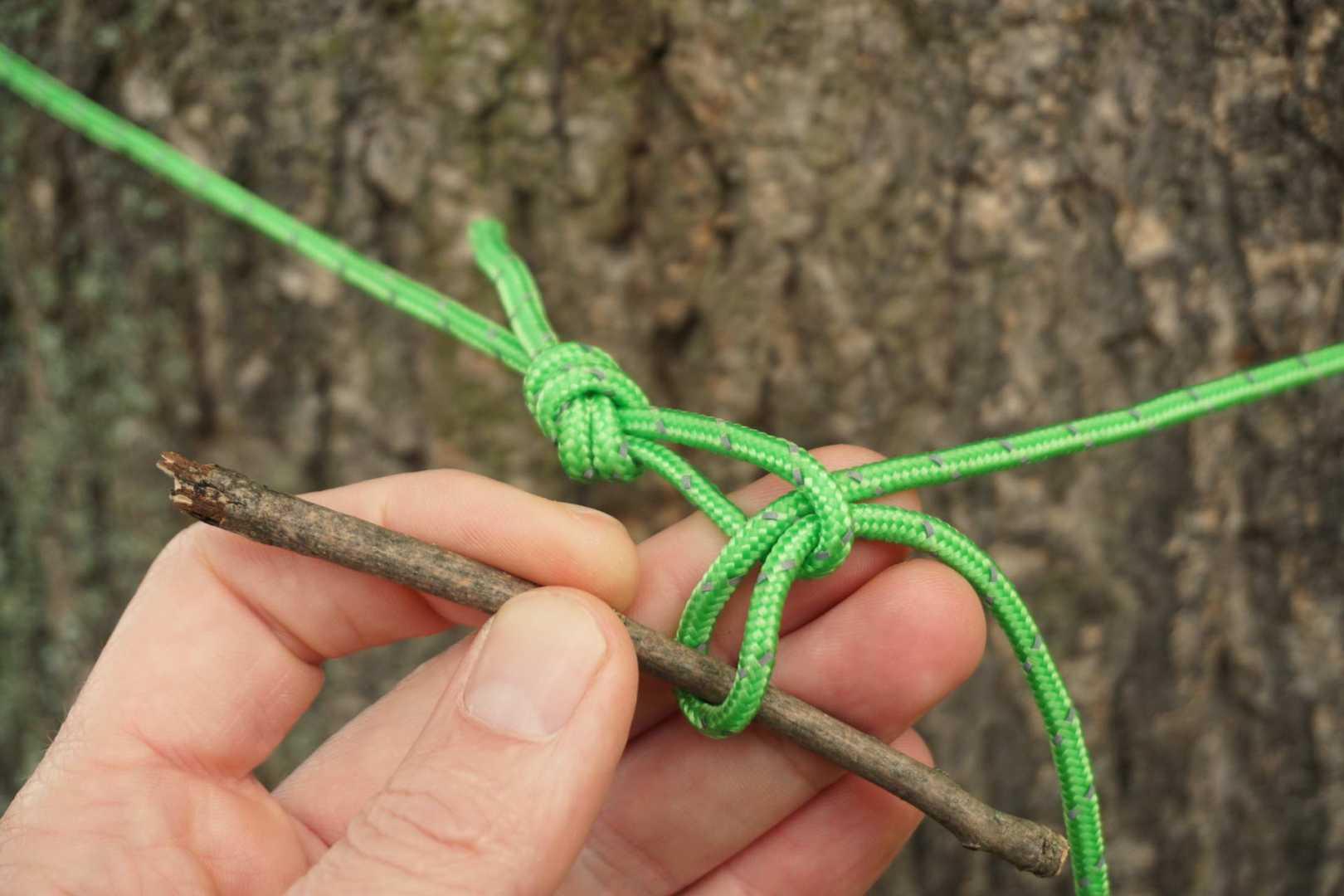 Stöckchen durch Schlinge am Baum