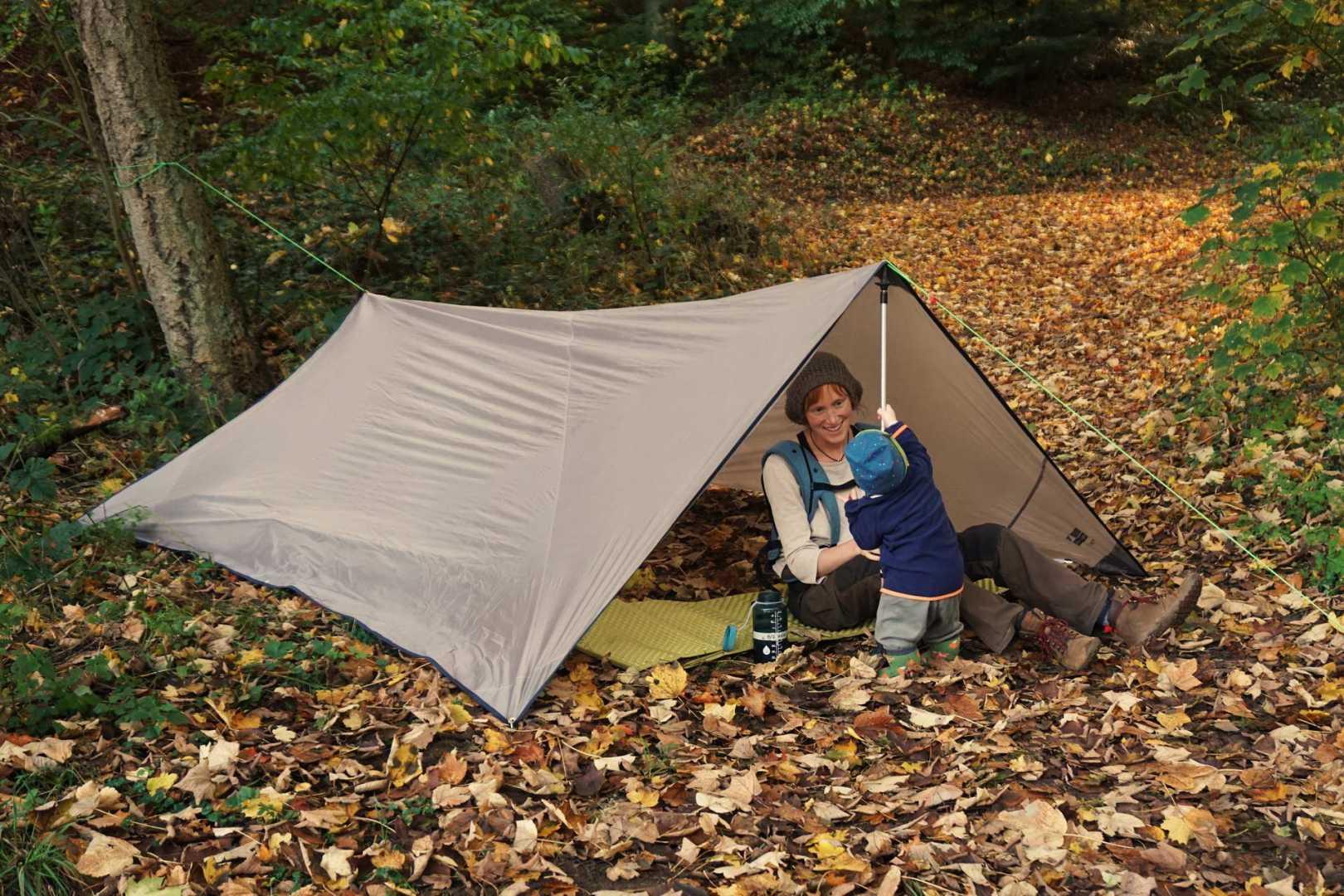 Tarp Zeltdach mit Jana und dem Kleinen