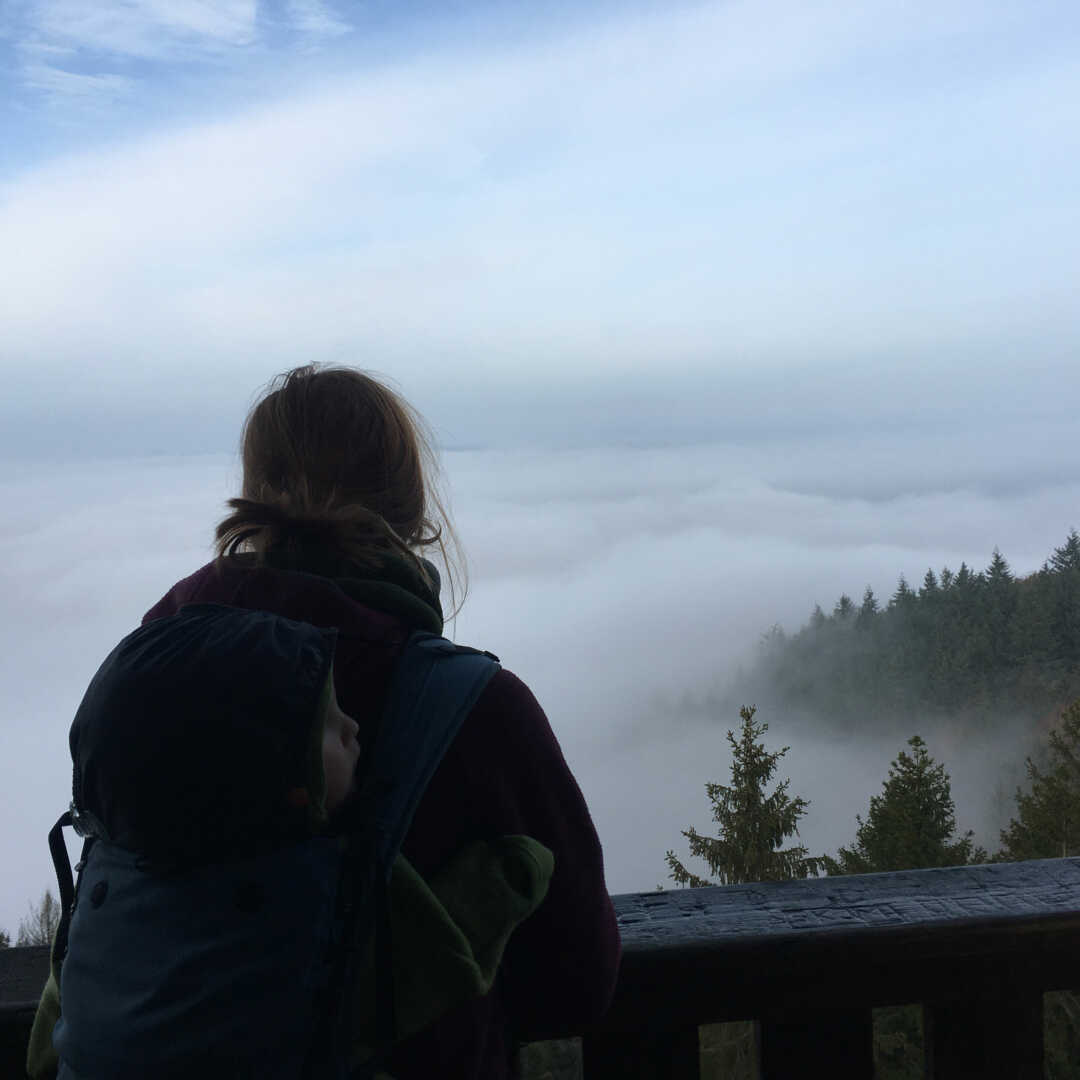 Jana blickt auf Herbstnebel