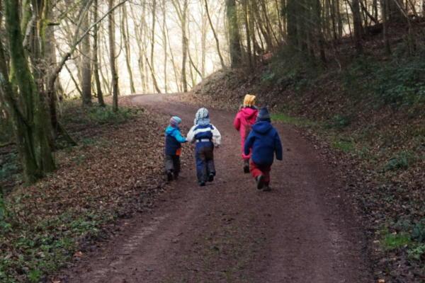 Kinder bei der Schnitzeljagd im Wald