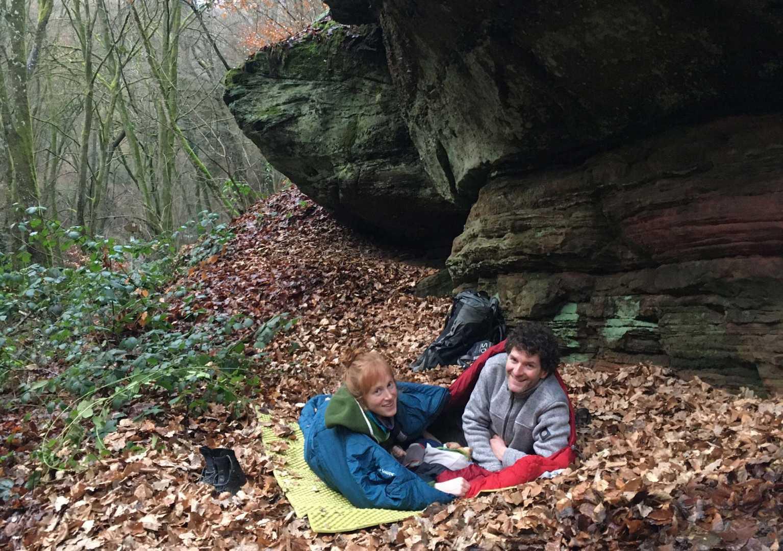 Jana und Paddy mit dem Kleinen beim Mittagsschlaf im Wald