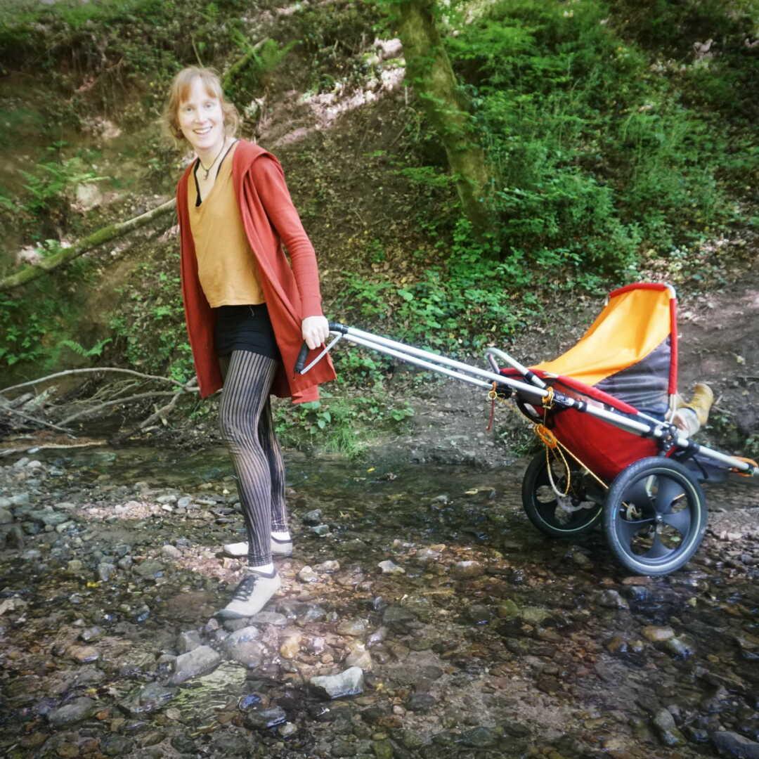 Jana zieht den Hike Kid durch einen Bach