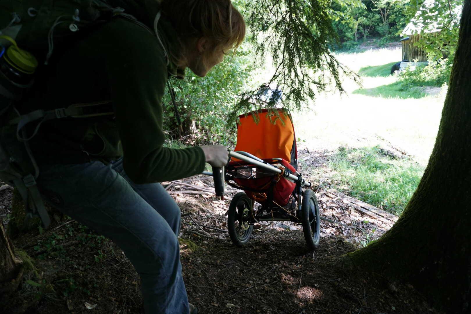 Jana Heck lässt den Hike Kid vorausrollen in einer steilen Passage