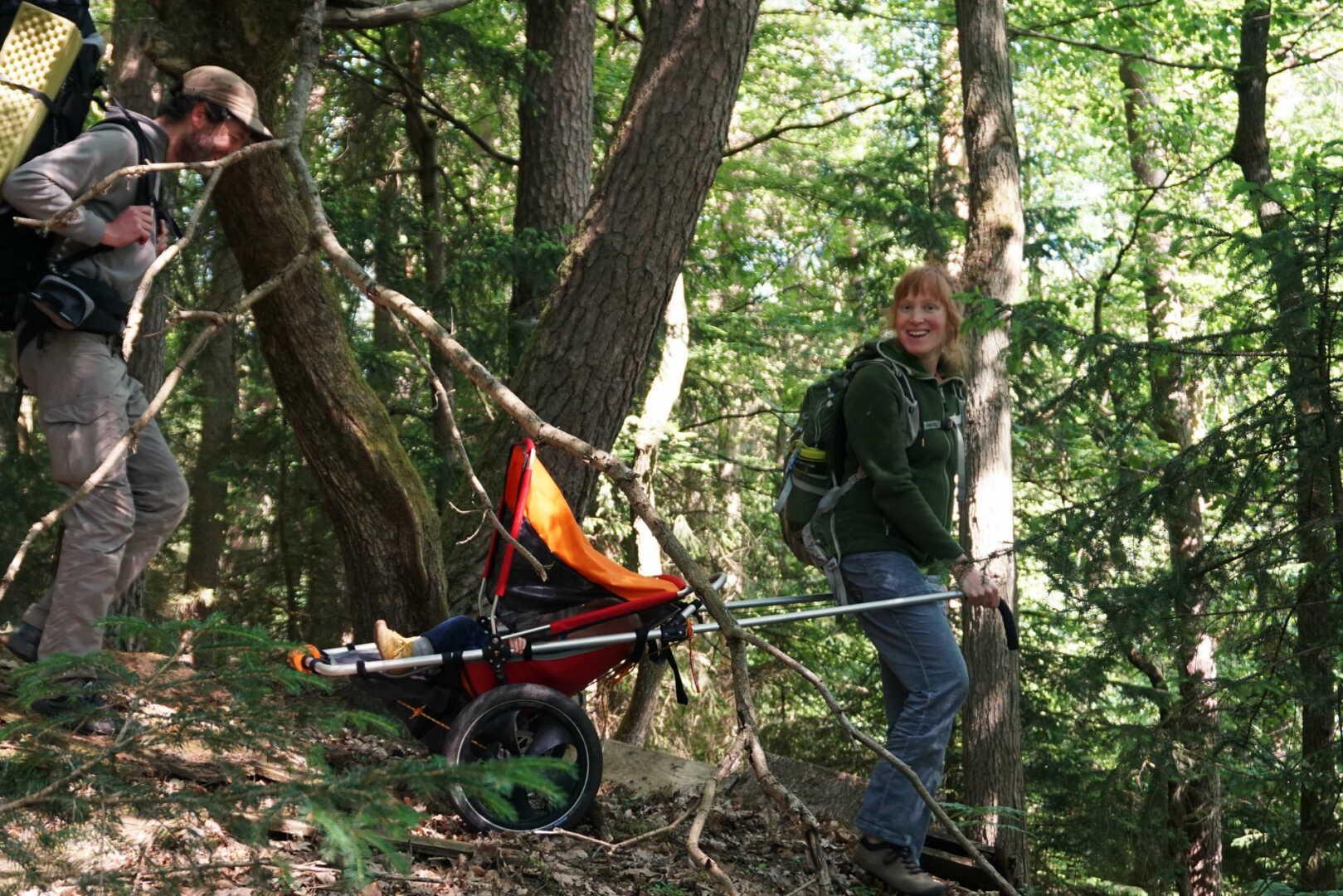 Jana Heck geht mit dem Hike Kid bergab