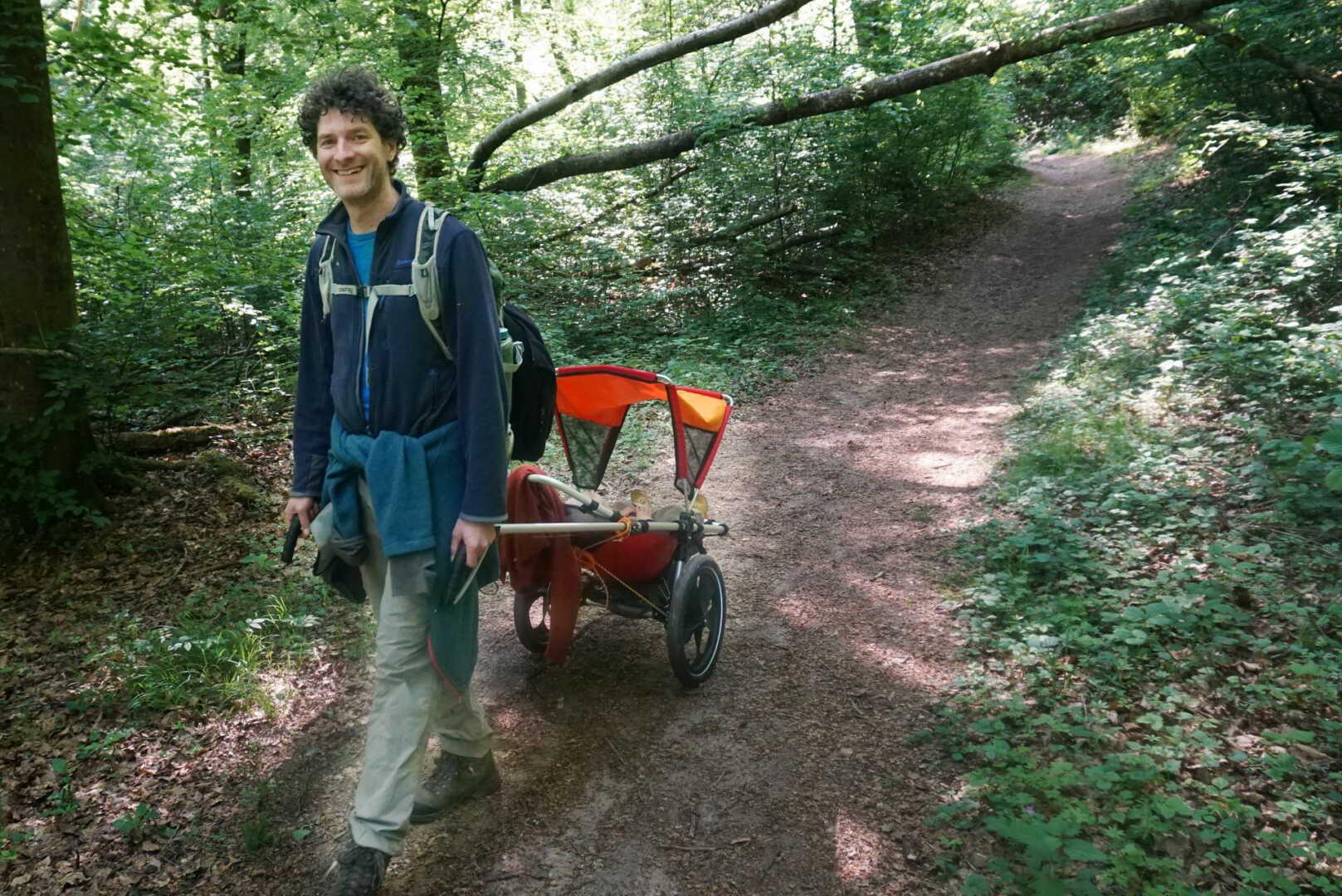 Patrick Heck zieht den Hike Kid durch den Wald