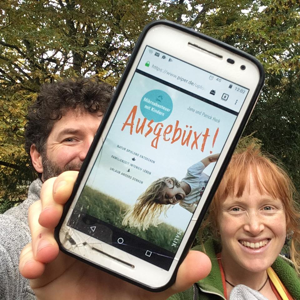 Patrick und Jana Heck zeigen das Cpver ds Ausgebüxt Buchs auf dem Handy