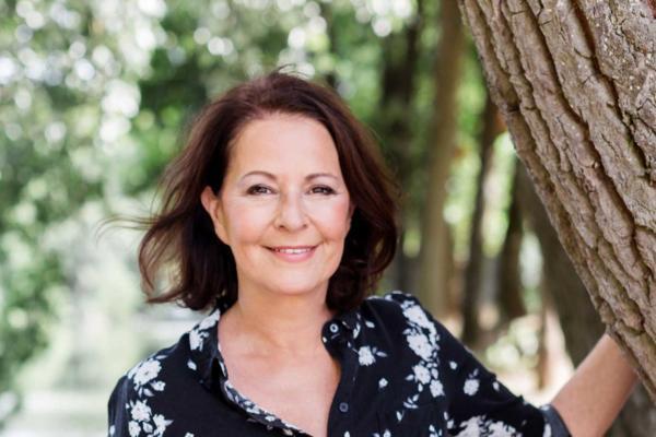 Stefanie Stahl lehnt an einem Baum